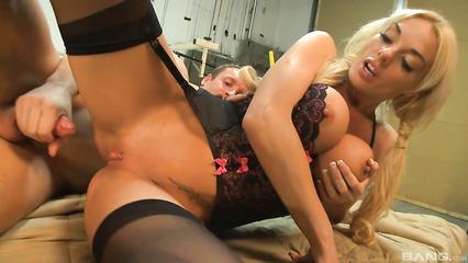 Сногсшибательная блондинка устроила сюрприз своему парню