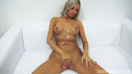 Шикарная блондинка дрочит вагину на порно кастинге