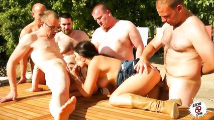 Мужики пустили по кругу красивую испанскую девушку