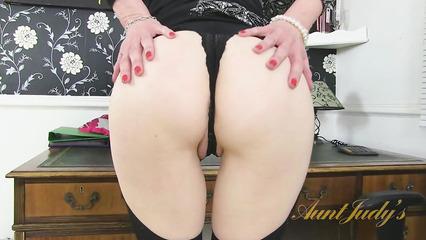 Секретарша в чулках по мастурбировала пизду на работе