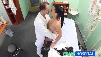 Главврач трахает брюнетку на скрытую камеру