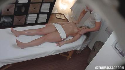 Студентке делают массаж перед скрытой камерой