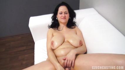 Зрелая брюнетка с большими дойками на кастинге мастурбирует киску