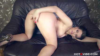 Брюнетка получает нереальный оргазм на диване
