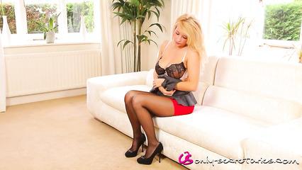 Великолепная блондинка в сексуальном нижнем белье