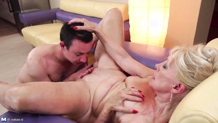 Старой блондинке вылизывает пизду перед половым актом