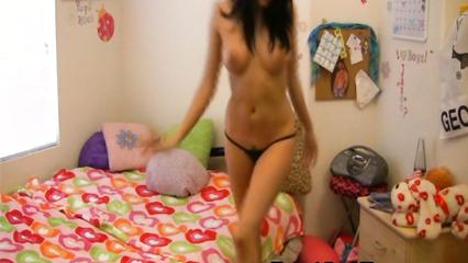 Брюнетка в сексуальных стрингах танцует перед камерой