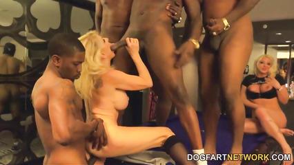 Зрелую блондинку жарит толпа негров во все щели вместе с ее подружкой