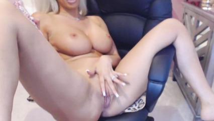 Сексуальная блондинка с большими дойками перед вебкой