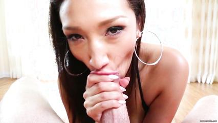 Горловой минет в исполнении красивой азиатки