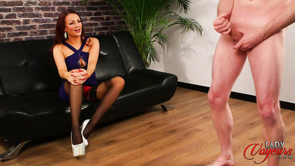 Темноволосая красавица созерцает мастурбацию полового члена