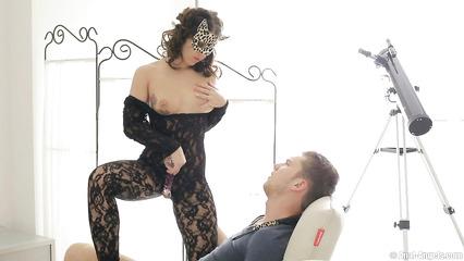 Русская сучка в эротическом наряде соблазнила пацана