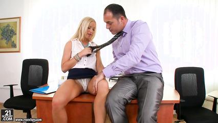 Секретарша с красивой попочкой занимается сексом с боссом