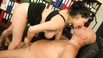 Секретарша с большими дойками перепихнулась со зрелым боссом