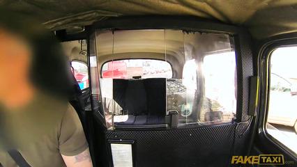 Податливая баба вылизала таксисту жопу и пенис перед трахом