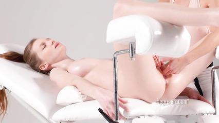 Пылкая массажистка ублажает худенькую клиентку мастурбацией