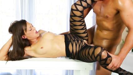 Массажистка в сексуальном костюме перепихнулась с пошлым клиентом