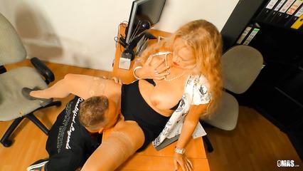 Кудрявая блондиночка заставила подчиненного вылизывать сочную киску