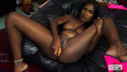 Индианка дрочит киску перед анальным сексом с белым агентом