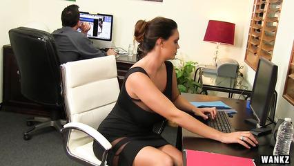 Пылкая секретарша радует пошлого начальника оральным сексом
