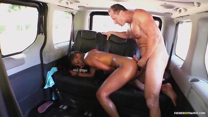 Сексапильная негритянка приглашает в машину мужичков ради траха