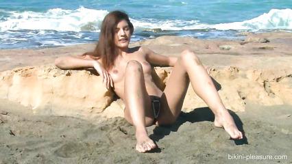 Ослепительная худышка позирует полностью голой на побережье