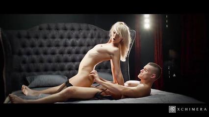 Жгучая блондинка трахается с пошлым парнем по намеченному сценарию