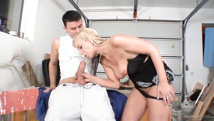 Белокурая давалка не против секса в гараже