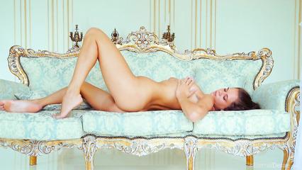 Русская красавица позирует абсолютно голой