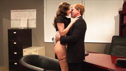 В офисе трахается со своей секретаршей